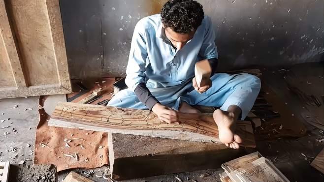 印度老师傅木工雕刻,手脚并用技术了得,喜欢他的工具-《科技泡泡》