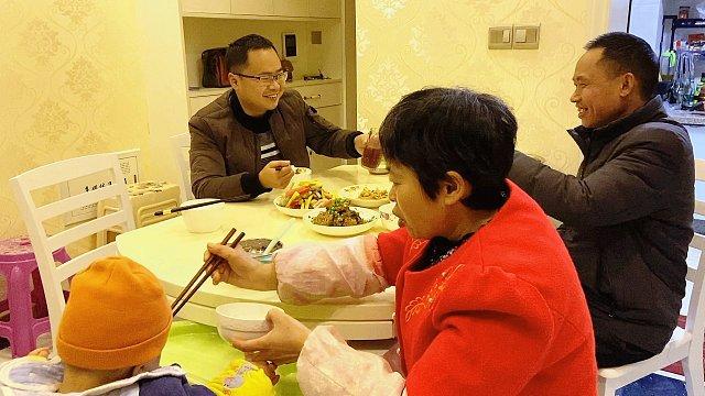 山药村二牛视频-老婆想吃海鲜,二牛做顿红烧带鱼解馋,顺便陪老爸小酌一杯