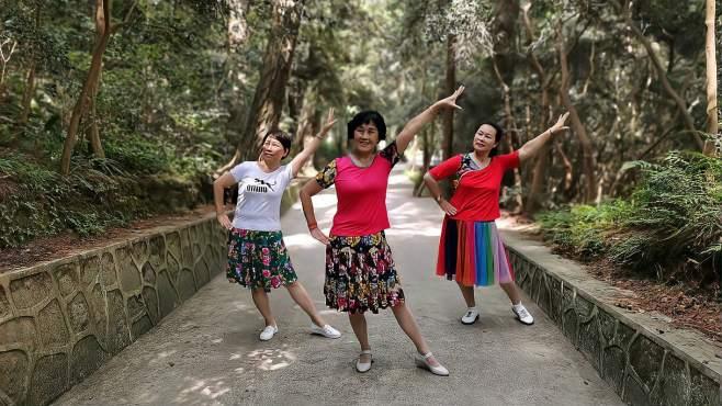 康顺碧广场舞月牙弯月亮船-三姐妹演示,妈妈的爱总在心间让我一辈子留恋