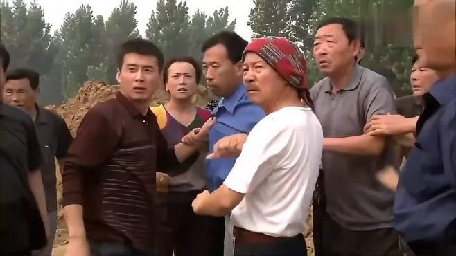 乡亲:村官强制夷为平地,谁知村民不让推土机推,村支书怒了-《